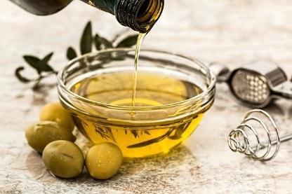Olivenöl in einer Schüssel