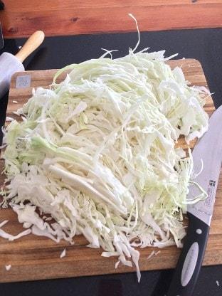 Sauerkraut auf Küchenbrett